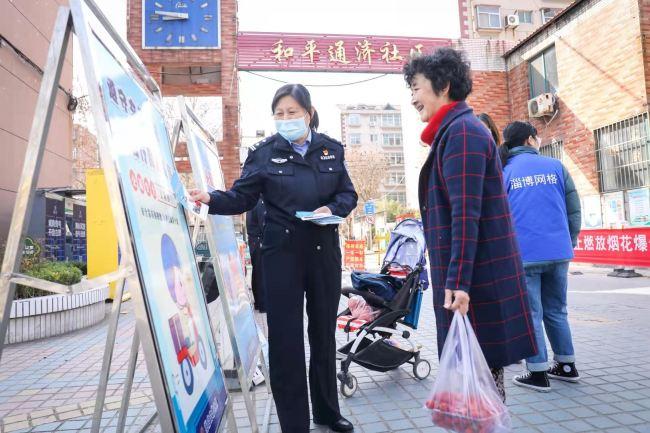"""雷锋日,张店交警社区送""""春风"""""""