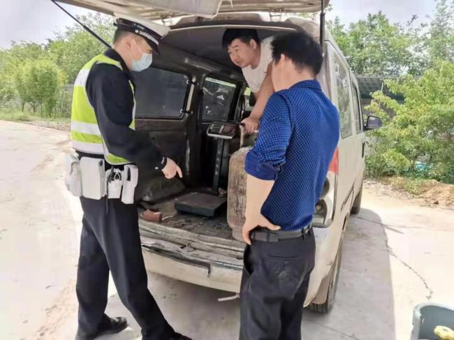 南阳高速交警五大队快速处置一起非法运输液化