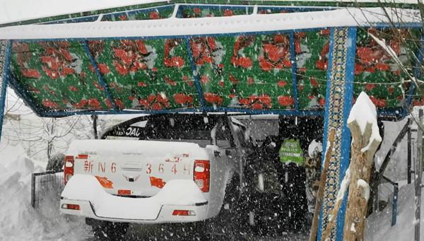 突降大雪牧民受损 边境警察及时救援